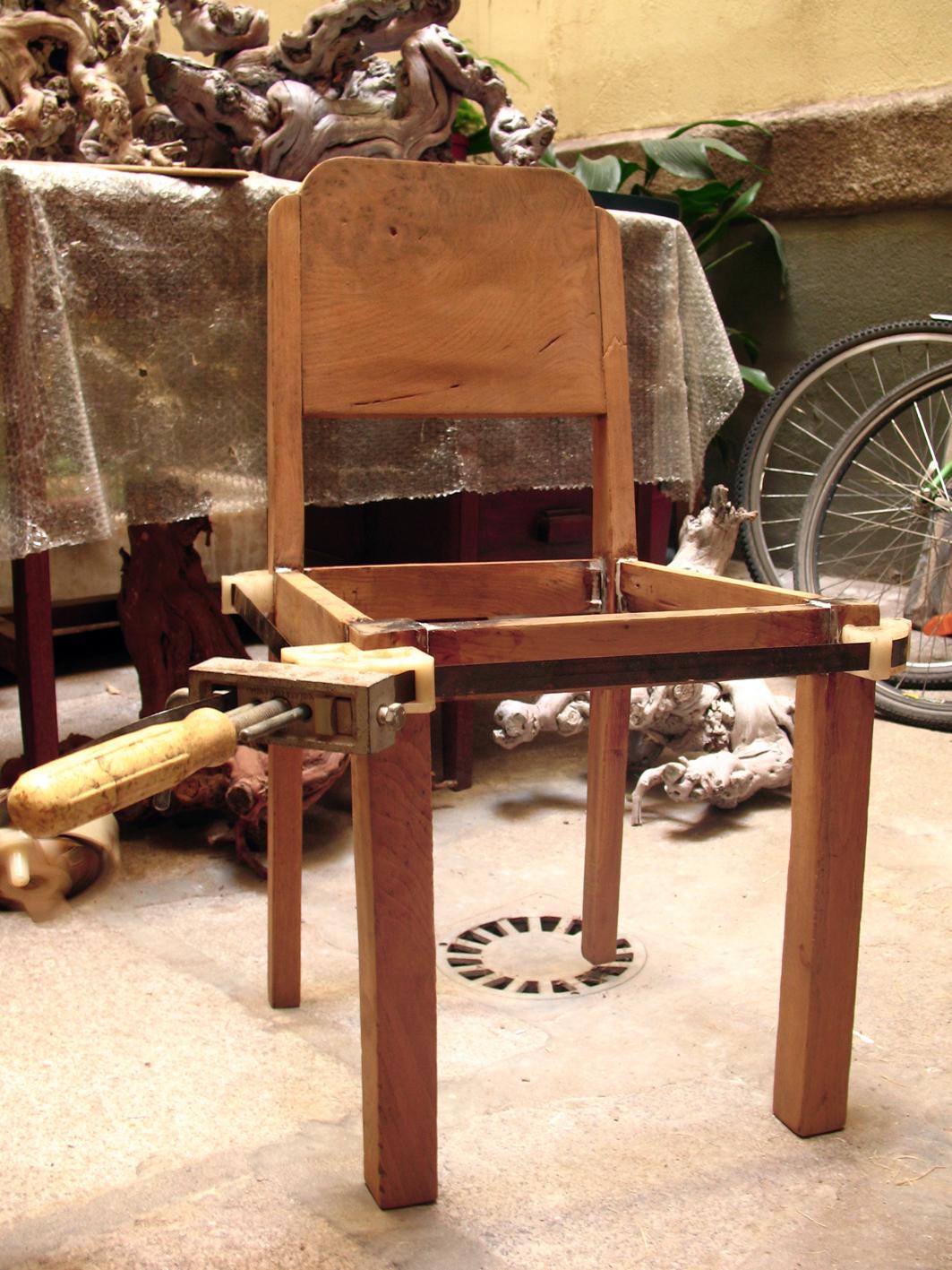 La silla en fase de encolado. La sargenta o gato de cuatro puntas (la  #B06C1B 1063x1417